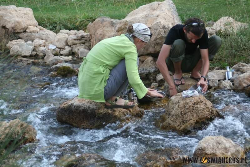 Wspólne mycie garów podczas trekkingu.