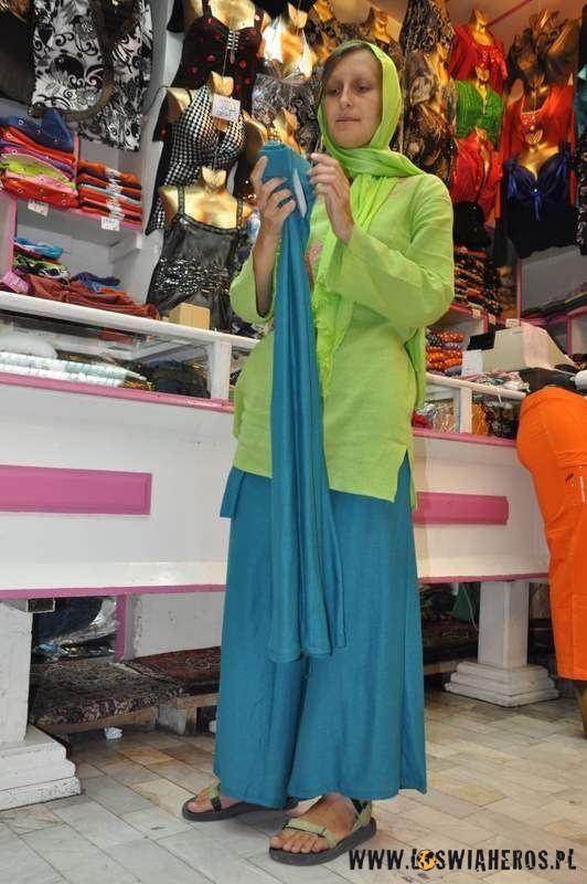 Islam ma swoje wymogi, Alicja szuka nieobcisłych spodni.