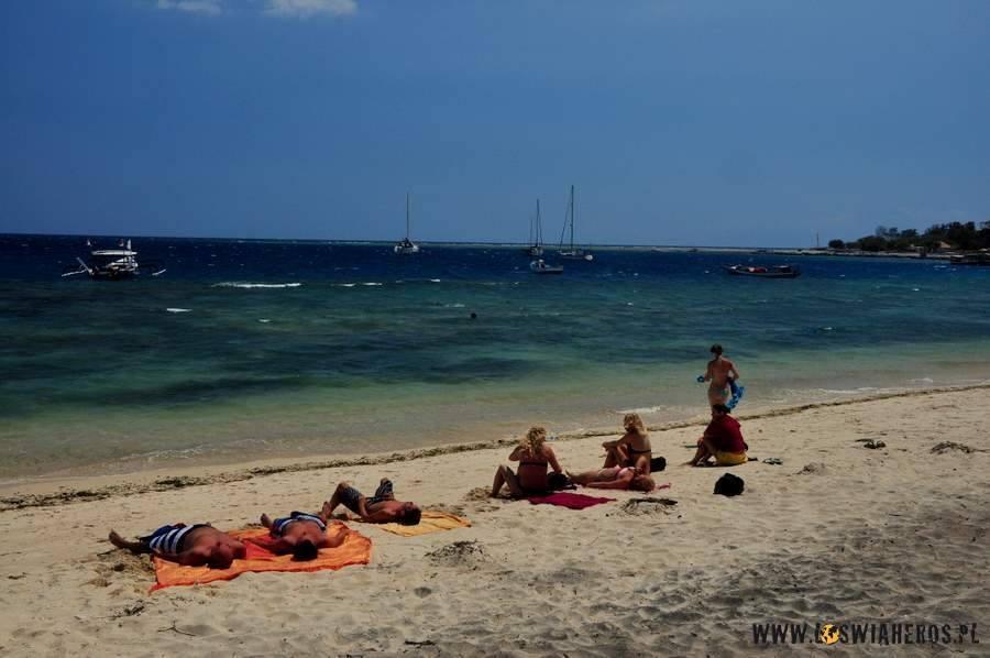 Plaża na Gili Air. w tle zakotwiczone jachty.
