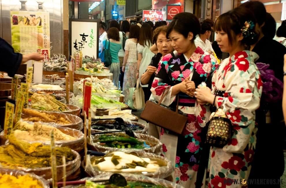 Japonki natargu ubrane wyukata (letnie kimono) .