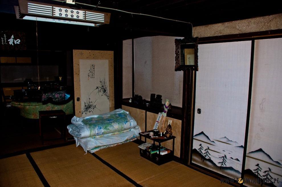 W rogu zwinięty futon - japoński materac.