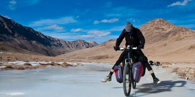 Pod Przełęczą Kargush, ponad 100kg a lód ani pęknie... nic tylko ćwiczyć jazdę rowerową po lodzie :)