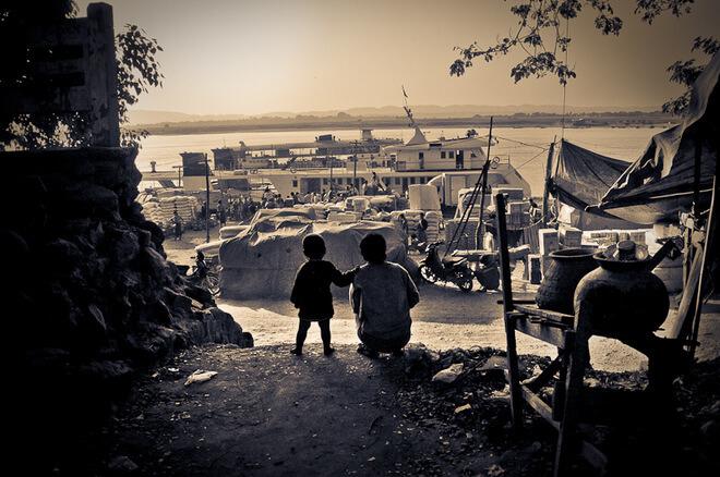 Katarzyna Tołwińska, nadrzeką Irrawaddy, Birma.