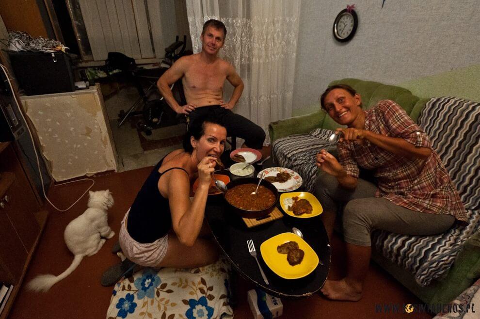 W gościnie uIwana iWarii pałaszujemy placki ziemniaczane, Aktau.