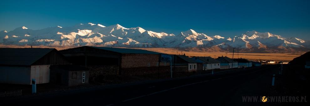 Pasmo Pamiru widziane zkirgiskiekiej wioski Sary Tash