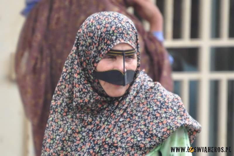 kobiety_z_wyspy_qeshm_z_tradycyjnymi_maskami_na_twarzy_iran2