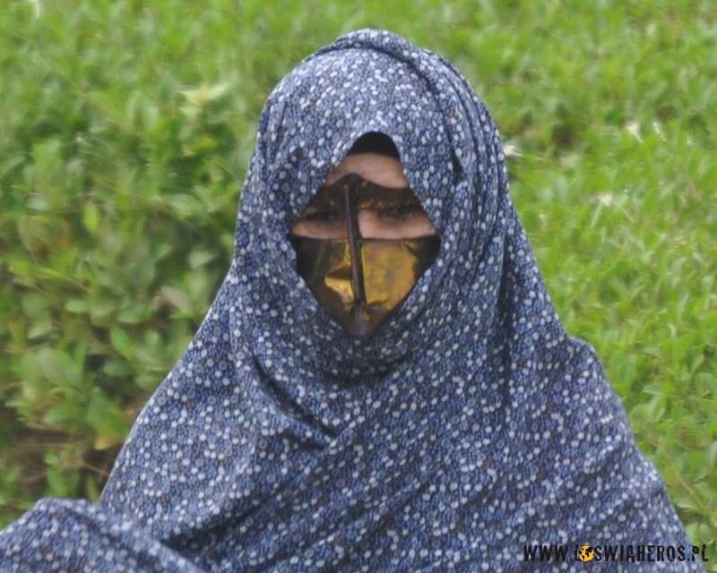 kobiety_z_wyspy_qeshm_z_tradycyjnymi_maskami_na_twarzy_iran4