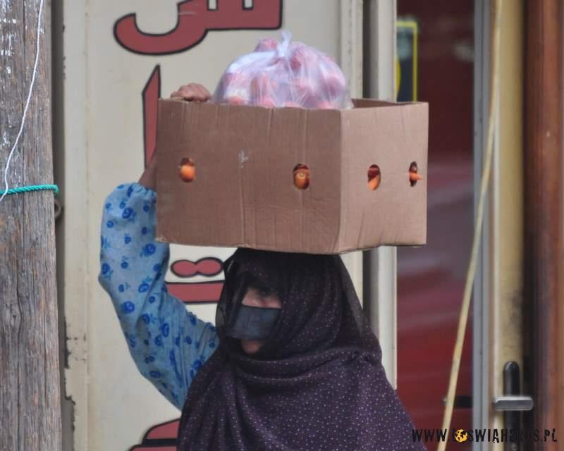 kobiety_z_wyspy_qeshm_z_tradycyjnymi_maskami_na_twarzy_iran5