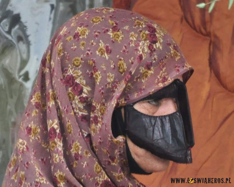 kobiety_z_wyspy_qeshm_z_tradycyjnymi_maskami_na_twarzy_iran6