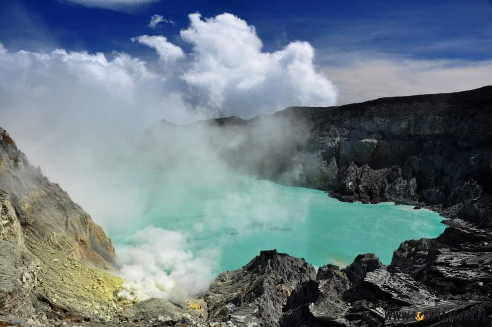 Krater, awnim jezioro - wulkan Ijen.