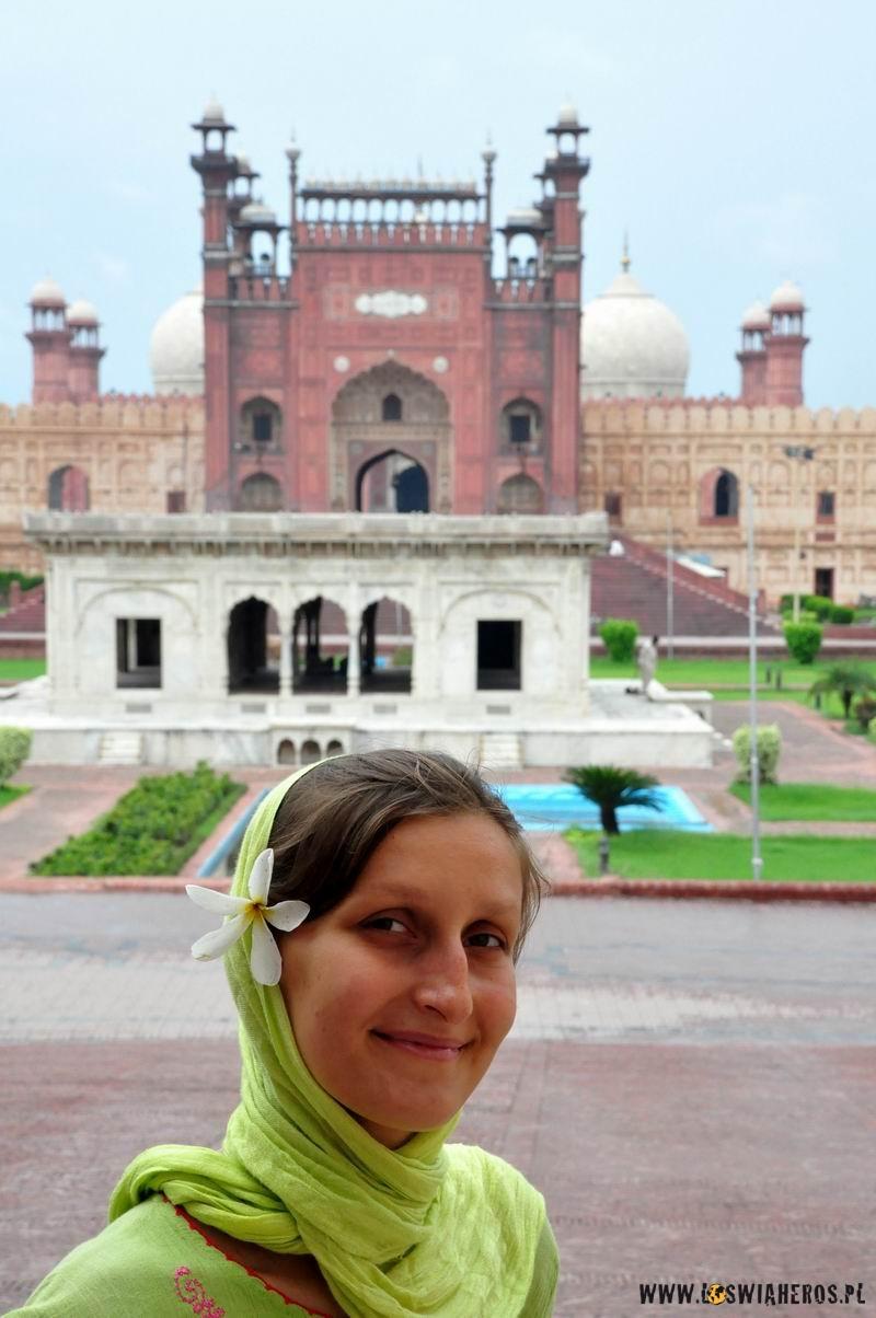 ksiezniczka_przed_fortem_w_lahore_pakistan