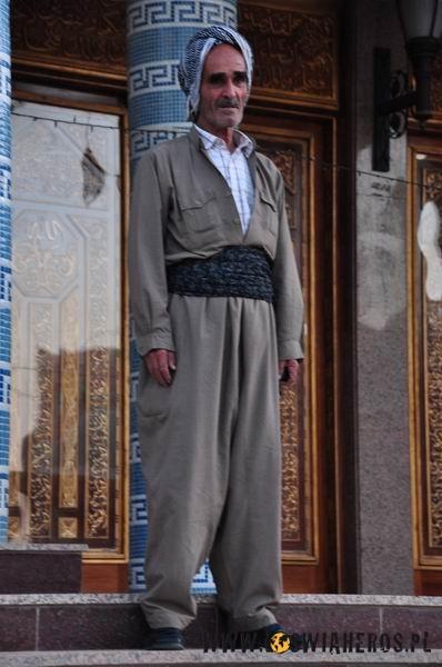 Kurd wtradycyjnym stroju.