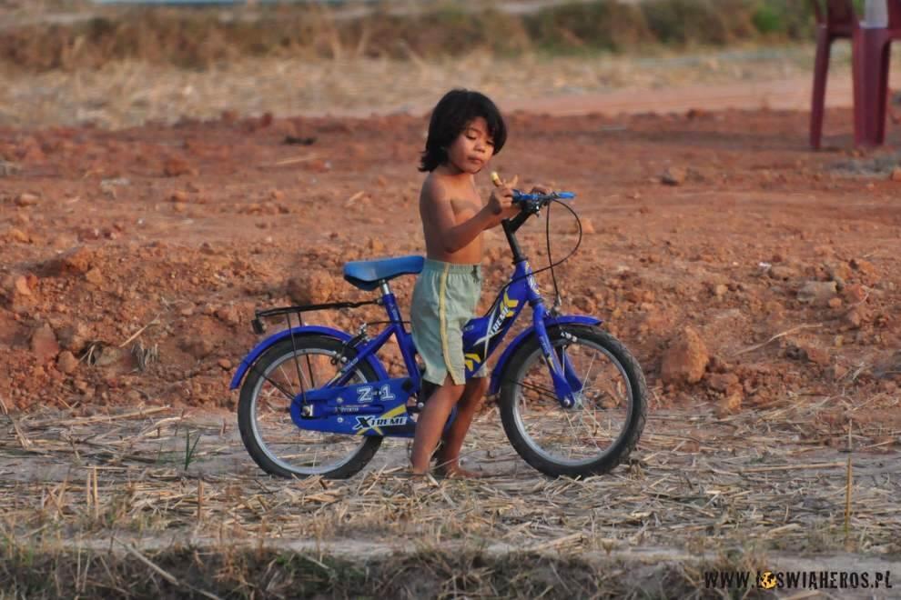 Wiosce Kong Lo kolorytu dodają tamtejsze dzieciaki
