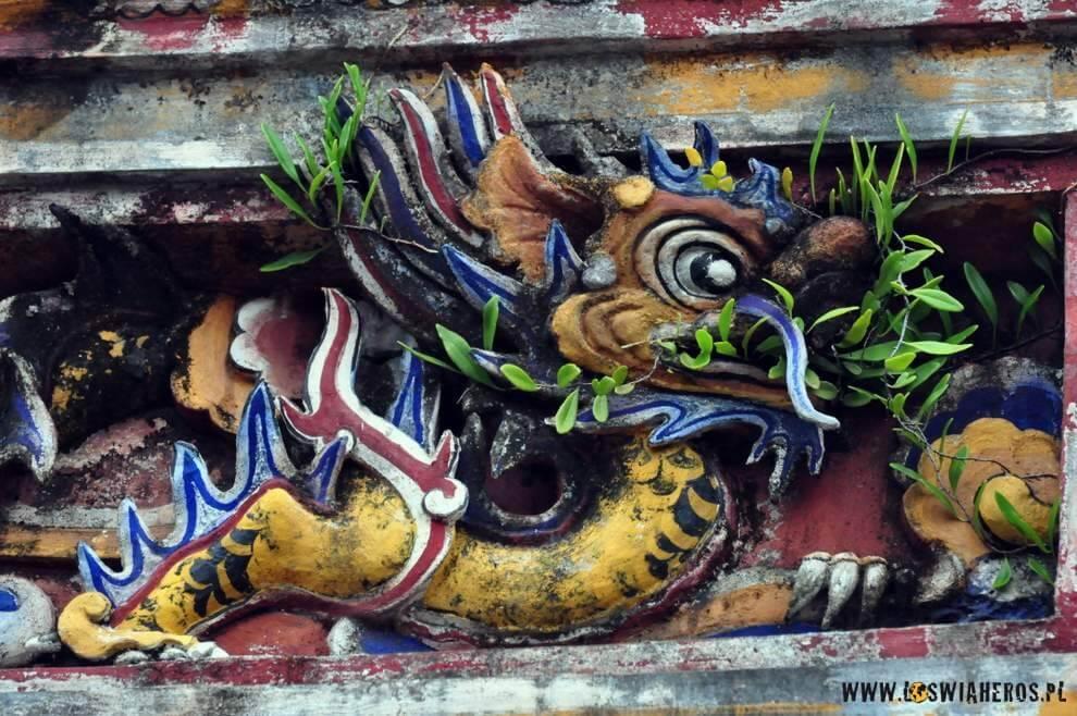 ...gdzie indziej mogła wdzierać się natura... a tu, w Hue smok ma przynajmniej co jeść ;)