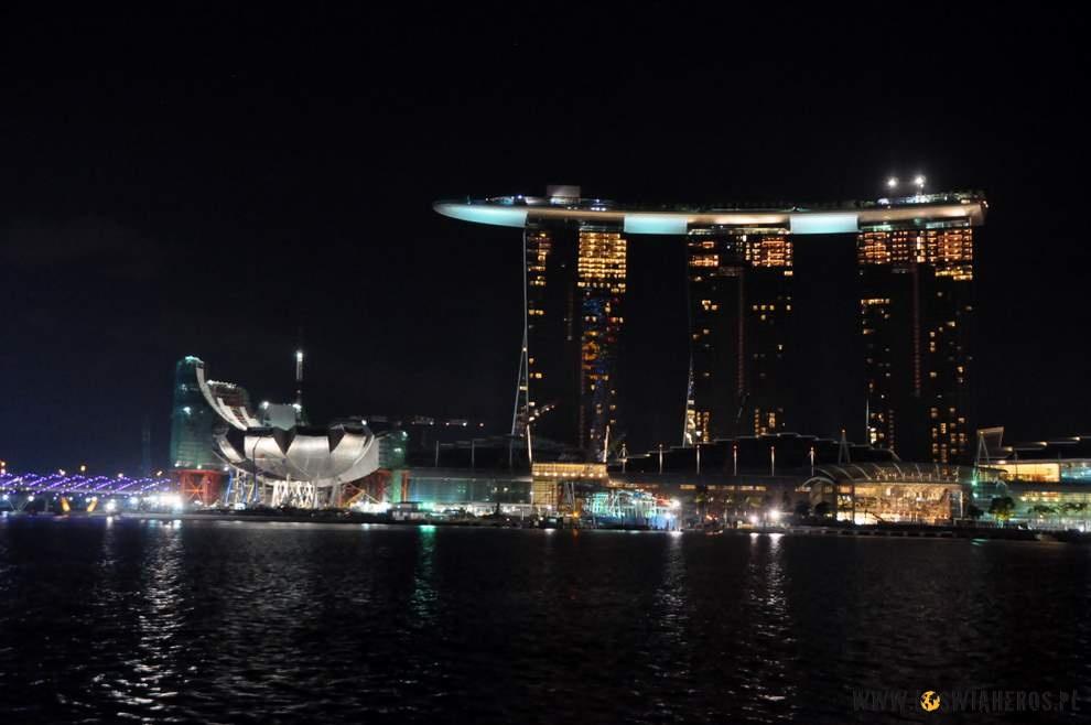 Marina Bay Sands - ta łódka nagórze toBASEN
