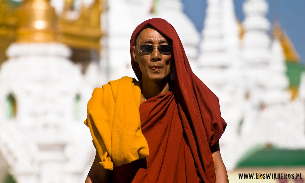 Mnich żujący betel przy Pagodzie Shwedagon wRangun. Birma.