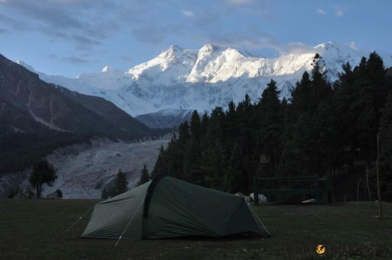 Widok nabudzacą się Nanga Parbat wprost zkibelka nabajkowej dolinie.