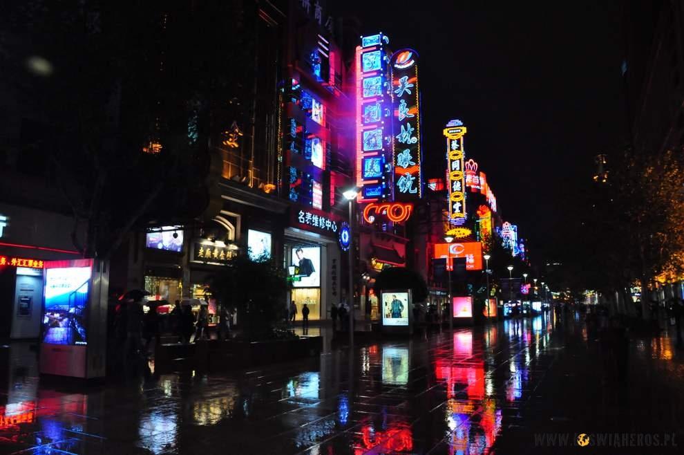 Nanjing Road wSzanghaju zawsze kolorowo oświetlona.