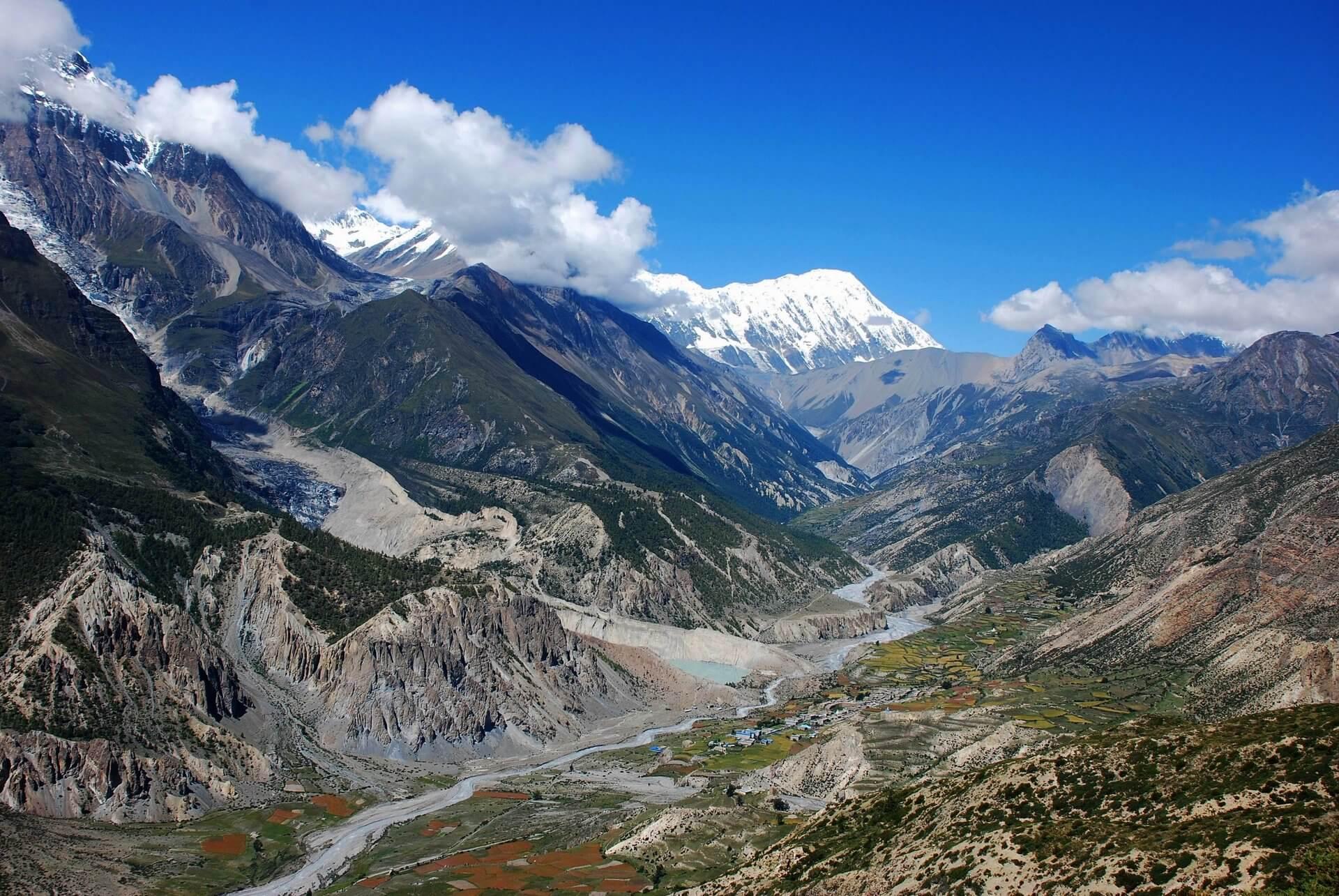 Dolina napodejściu dobazy podprzełęczą Thorung La.