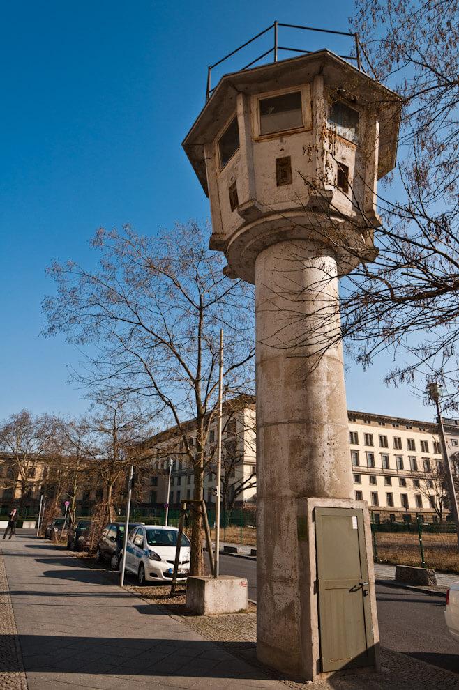 Strażnica powschodniej stronie Muru Berlińskiego.