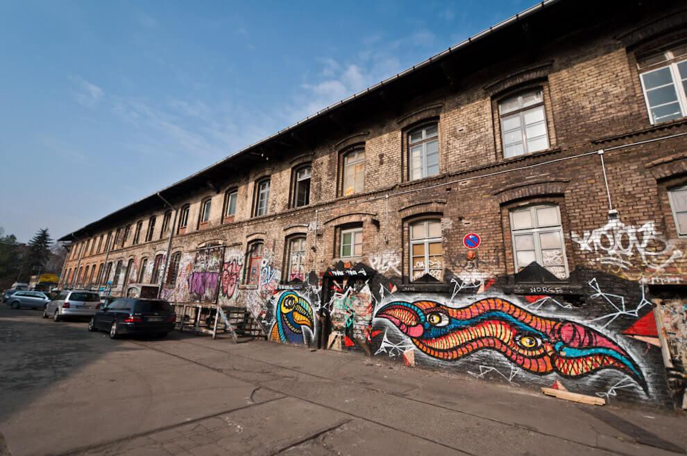 Berlińskie graffiti w starej zajezdni kolejowej.
