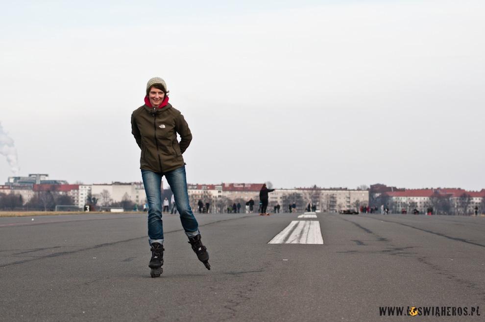 Kerstin na rolkach po pasie startowym lotniska Tempelhof