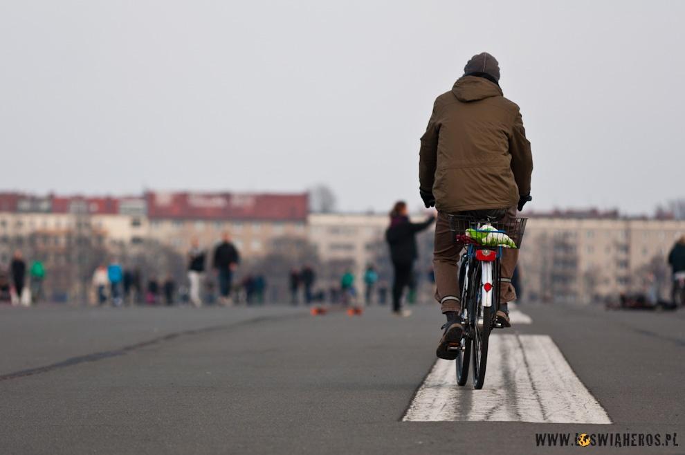 Najszersza trasa rowerowa w Berlinie - pas startowy lotniska Tempelhof