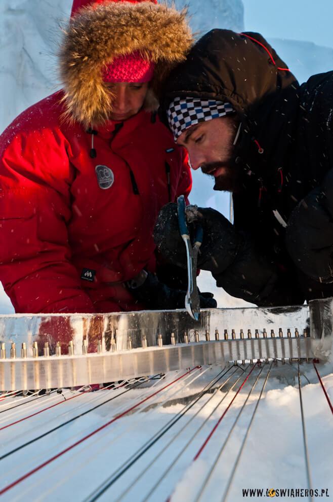 Helder Neves iSidsel Walstad stroją lodową harfę.