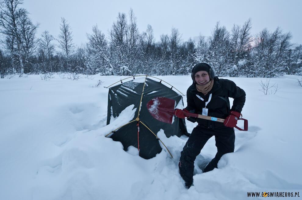 Odkopywanie namiotu ześniegu.