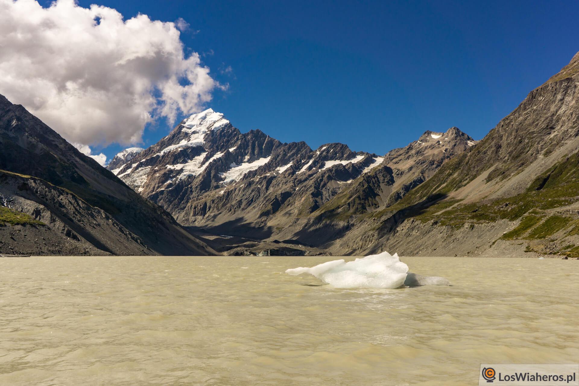 Jezioro lodowcowe Hooker Lake i oderwane fragmenty lodowca...