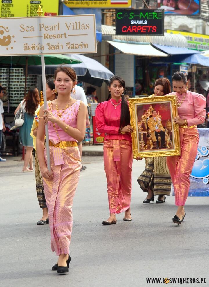 Wizerunek Ramy IX podczas pochodu z okazji Jego urodzin.