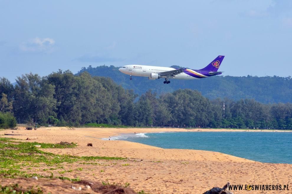 Lądujący nad plaża w Phuket samolot Thai Airlines.