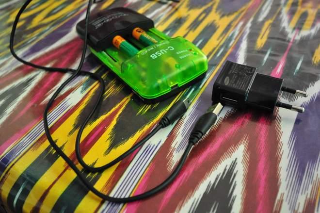 PIXO C-USB - uniwersalna ładowarka do akumulatorków AAA.