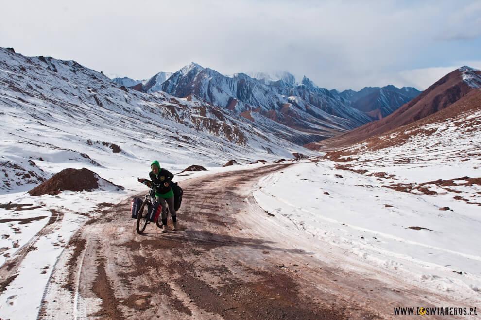 Wpychanie rowera naPrzełęcz Kyzyl Art, czyli oficjalną granicę kirgisko-tadżycka.