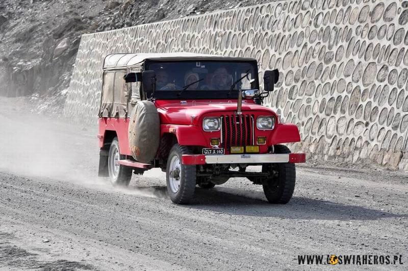 pojazdy_na_karakorum_highway_pakistan