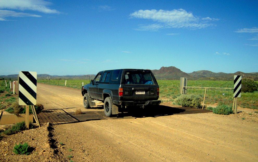Przejazd nad siecią energetyczna w outbacku