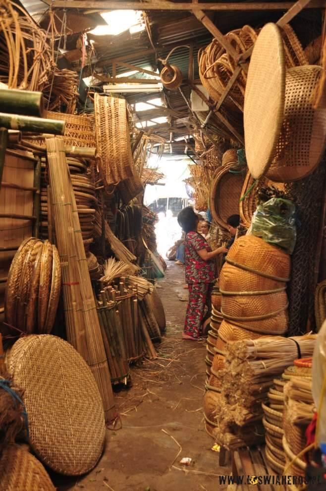 ...wąskie, bo zagracone alejki bazaru, w końcu...