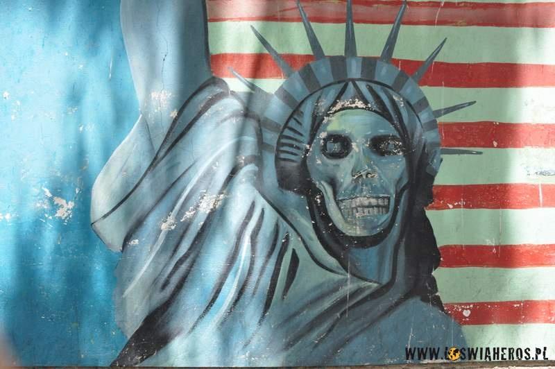 Graffiti przy byłej ambasadzie amerykańskiej wTeheranie.