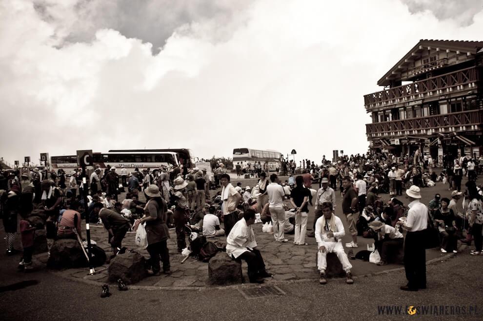 Setki japońskich turystów naparkingu przedwyjściem naszczyt Fuji