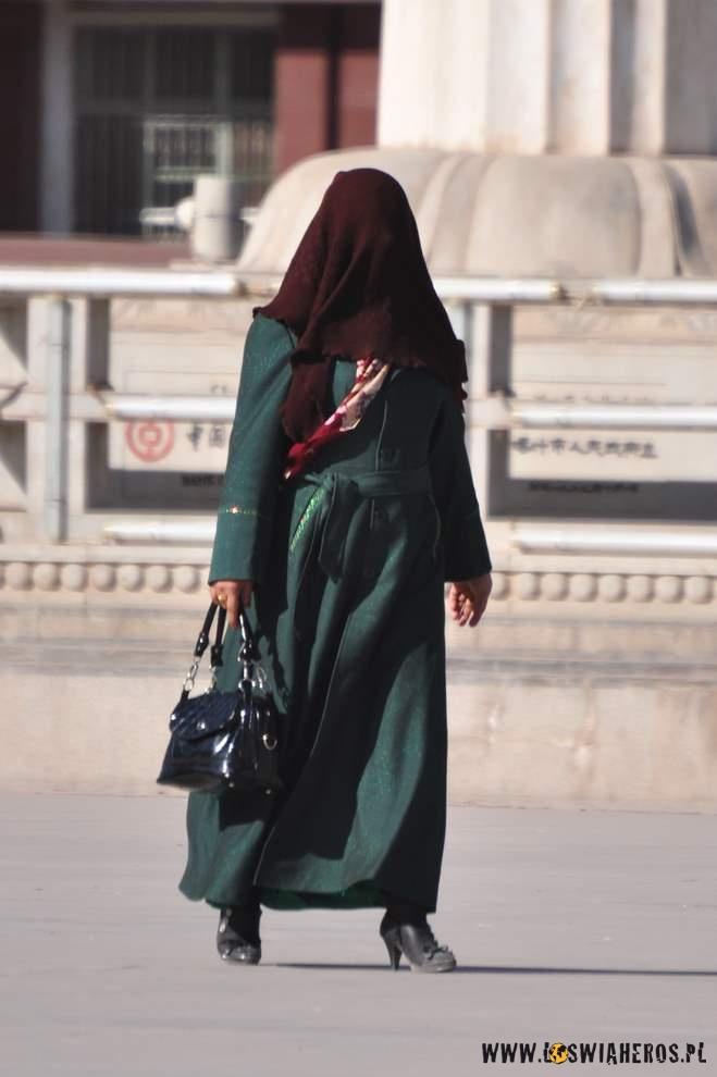 Starsze Ujgurki zasłaniają nie tylko włosy, ale całe twarze.