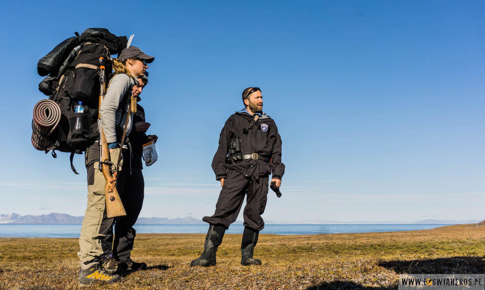Rutynowa kontrola naszej grupy przez strażnika Svalbardu.