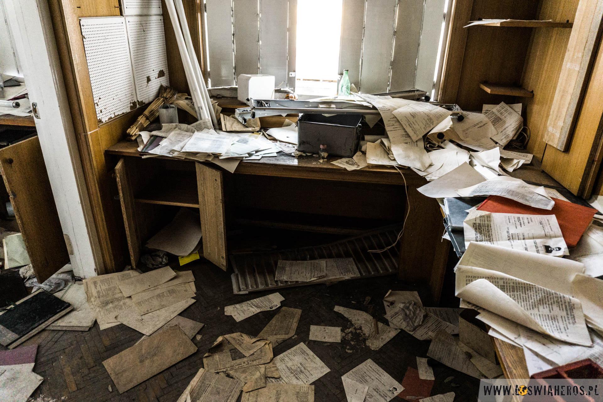 Porozrzucane dokumenty, akta, notatki.