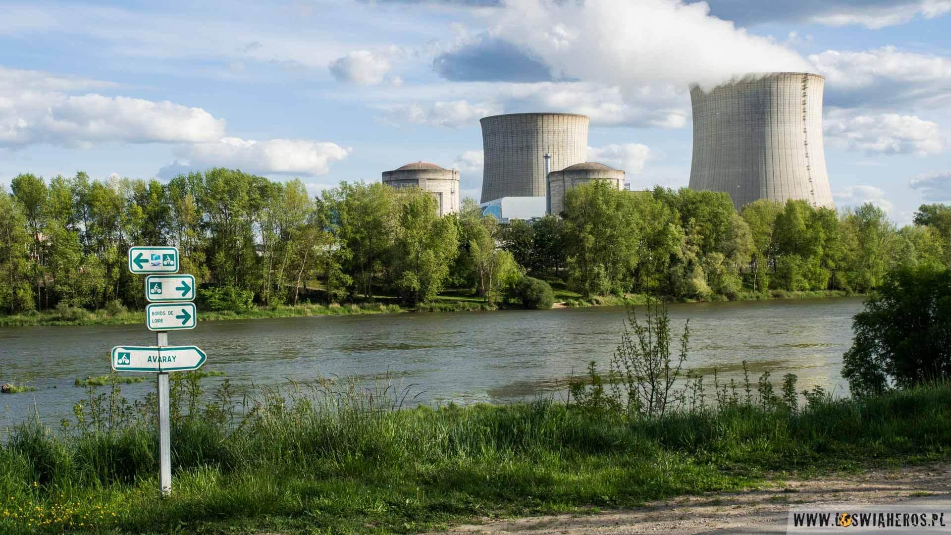 Widok na elektrownię Saint Laurent des Eaux z trasy rowerowej wzdłuż Loary
