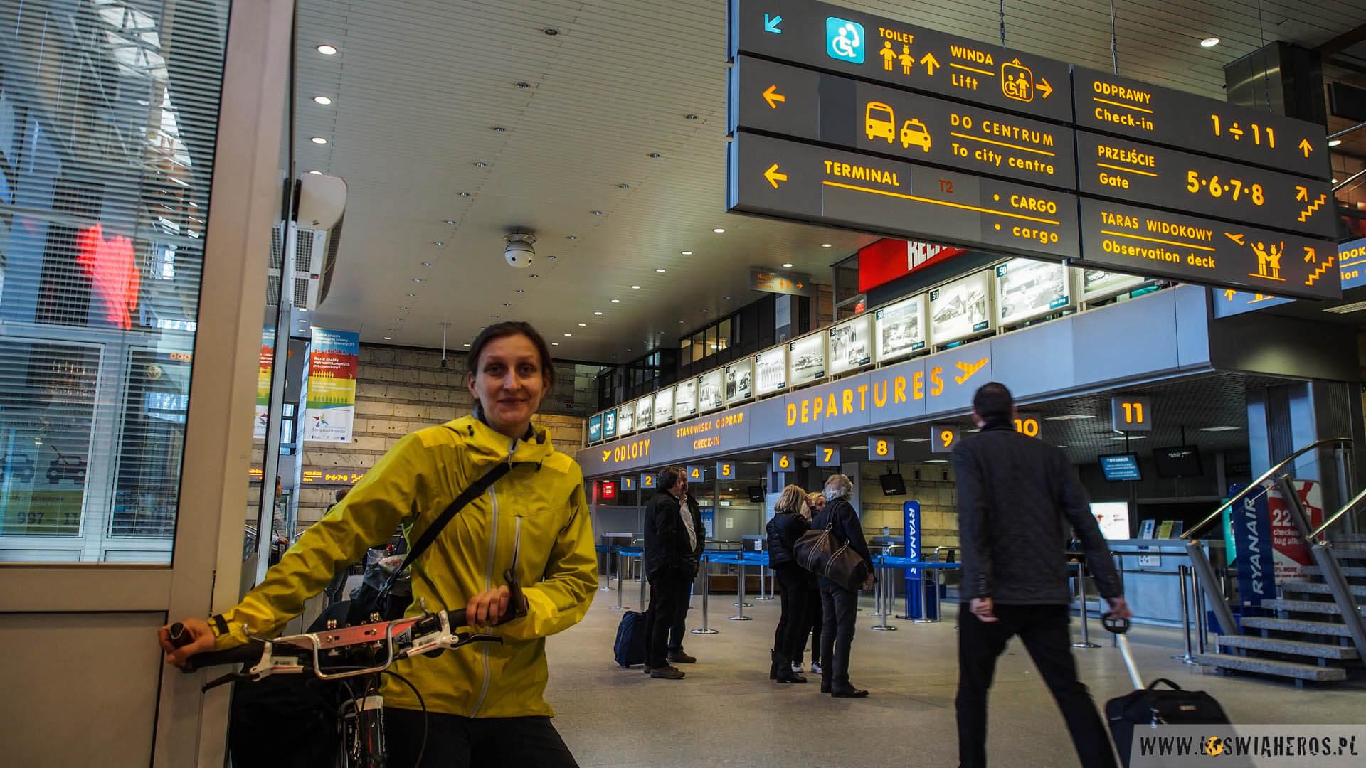 Alicja leci z krakowskich Balic do Paryża.