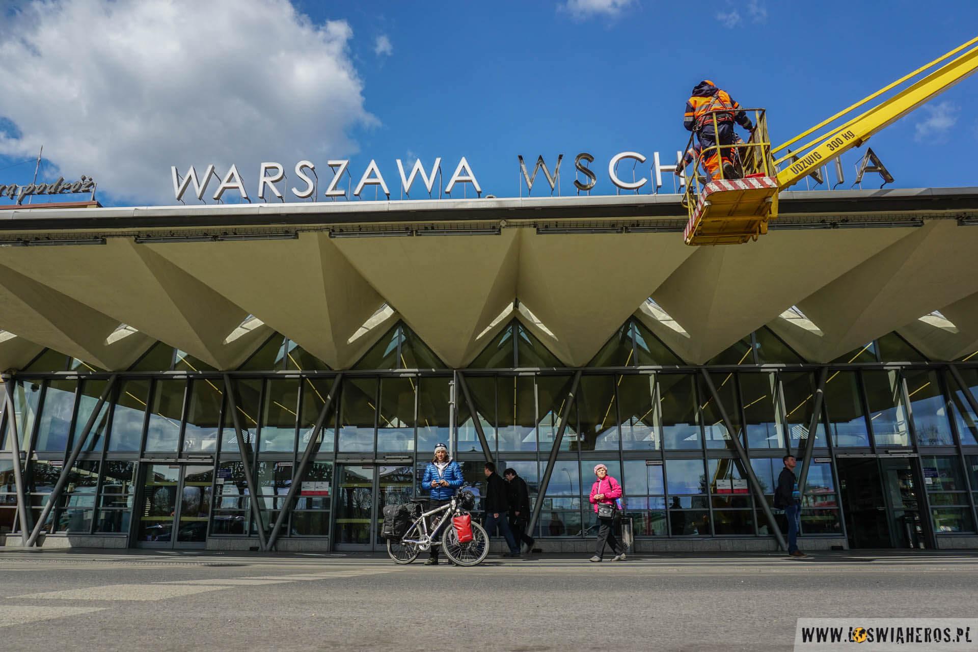 Andrzej startuje zWarszawy pociągiem, adalej zGdańska promem doSzwecji.