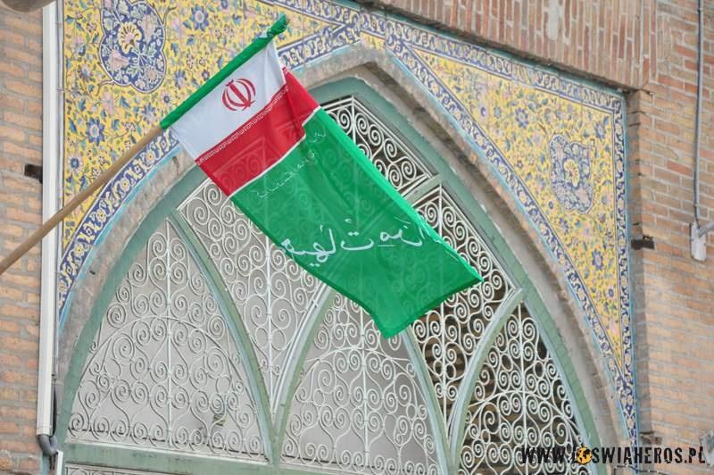 Flaga na tle meczetu.