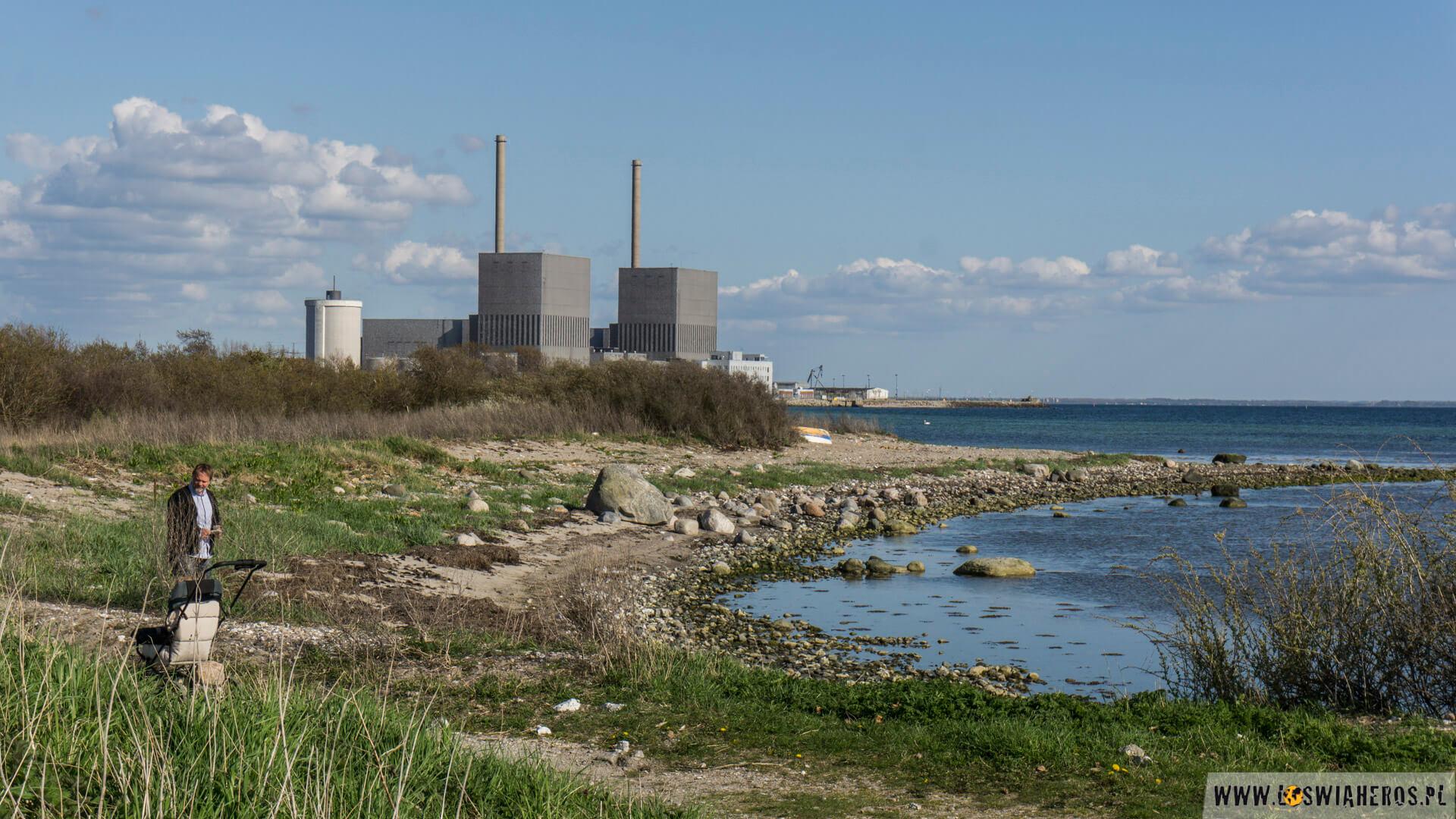 Niedzielne popołudnie. Rodzinny spacer, a w tle elektrownia w Barseback.