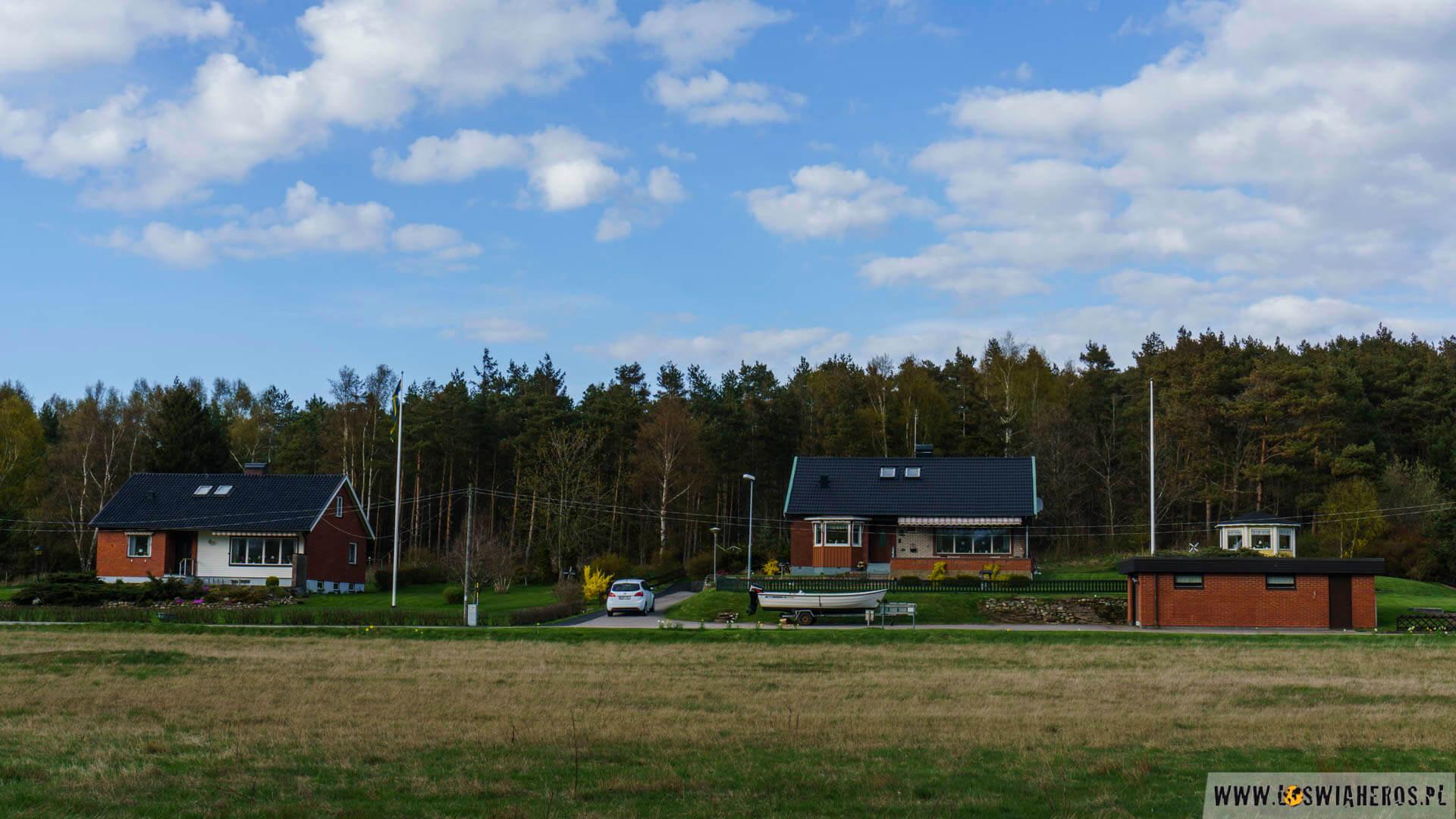 Typowa szwedzka zabudowa + łodzie, łódki i różne jachty.
