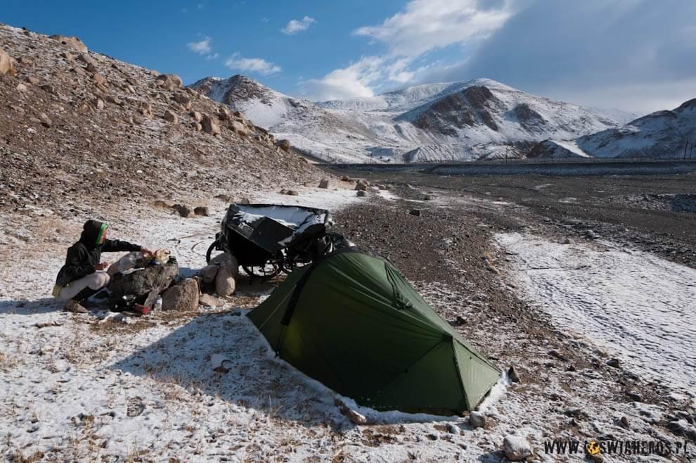 Biwak na około 4200 tuż przed zjazdem nad Jezioro Karakul.