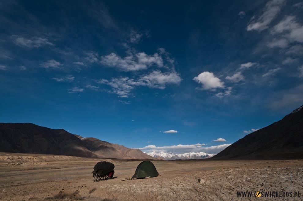 Biwak na skraju płaskowyżu tuż przed przełęczą Kok Jar w Tadżykistanie.